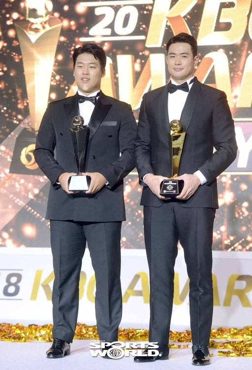 MVP 두산 김재환과 신인상 kt 강백호