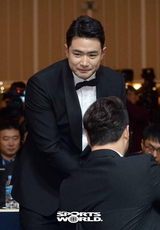 박병호에게 축하받는 두산 김재환