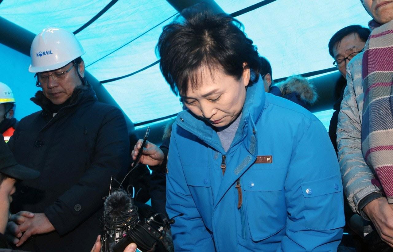 "'KTX 강릉선 탈선'에 고개숙인 김현미 장관 ""책임 묻겠다"""