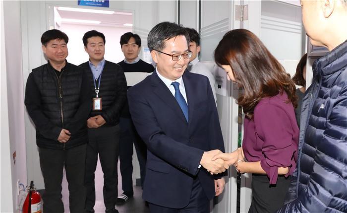 """떠나는 김동연 """"소신 못 펼 때 그만두겠단 작은 용기 필요""""(종합)"""