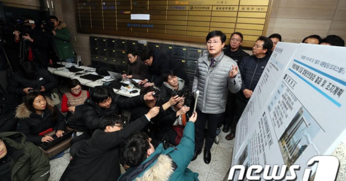 '붕괴위험' 대종빌딩 브리핑하는 정유승 부구청장