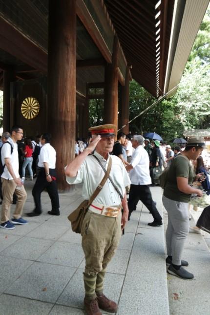 """""""군국주의타도"""" 야스쿠니서 방화시위하는 홍콩인"""