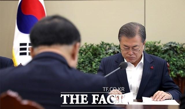 """文대통령 """"경제 상황 엄중…홍남기 중심 '원팀' 운영 바란다"""""""