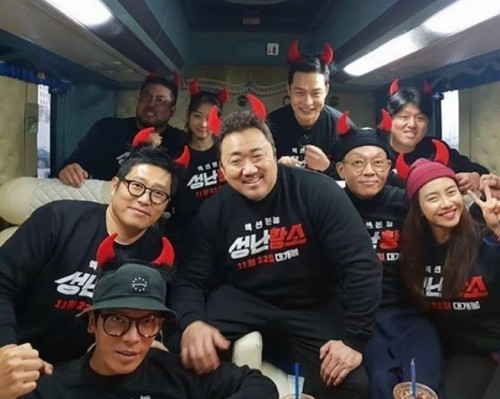'성난황소' 마동석, 김성오·송지효·배누리 등과 100만 돌파 기념 인증샷 '남다른 팀워크'