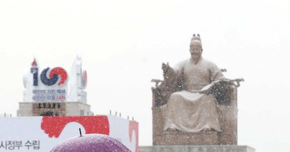 눈 내리는 서울 '우산 하나로 싹 트는 우정'