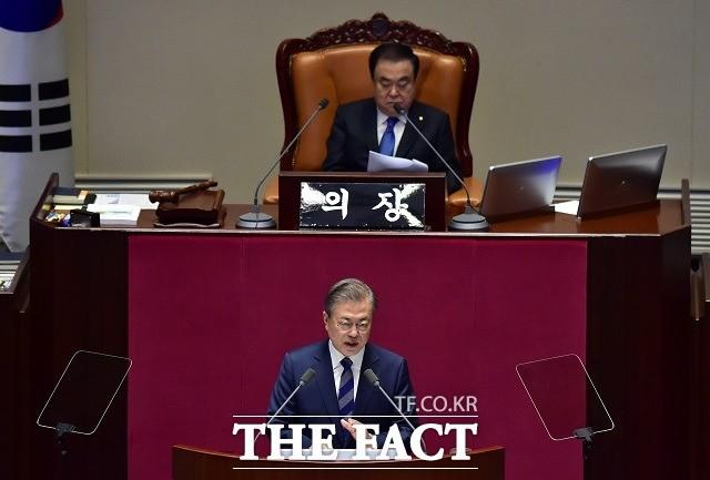 """文대통령, 국회의장 만나 """"선거제 개편, 여야 합의하면 지지"""""""