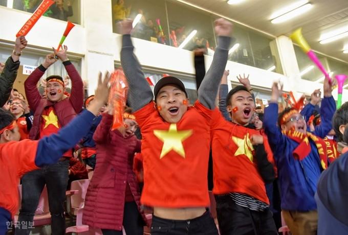 '박항서 매직'에 베트남 발칵…총리도 벌떡 일어나