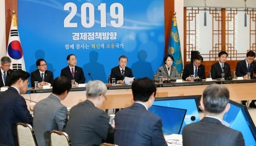 """전문가 10명 중 6명 """"2019년 정책, 경제활력 최우선"""""""