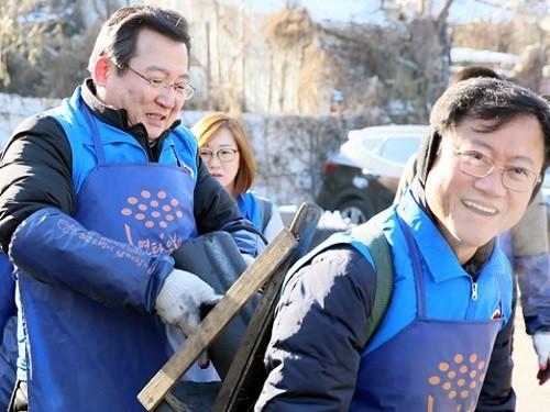 헌법재판소 직원들, 노원구에서 '연탄나눔' 봉사활동