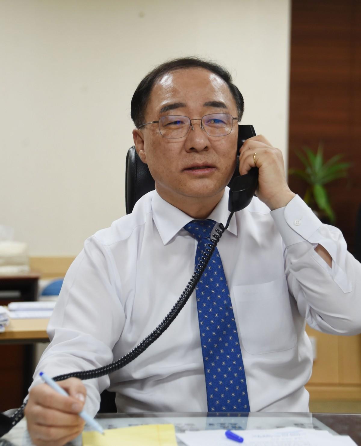 홍남기, 므누신 미 재무장관과 첫 통화…자동차 관세 제외 요청