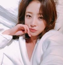 """'완벽한 타인' 송하윤, 치명적 침대 셀카 """"잘자요"""""""