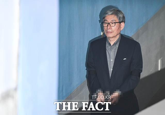 '법정 향하는 원세훈 전 국정원장'