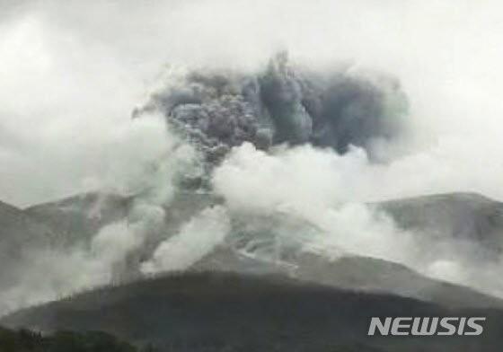 일본 규슈 가고시마 화산 폭발… 주민들 대피