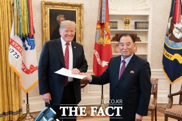 """백악관 """"트럼프, 김정은 '친서' 받아""""…북미 대화 '성큼'"""