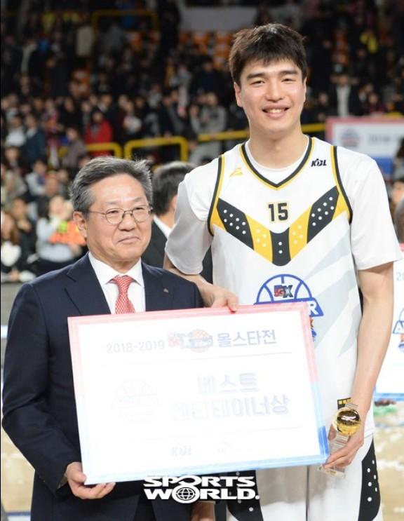 김종규, 팬들이 주는 베스트 엔터테이너상 수상