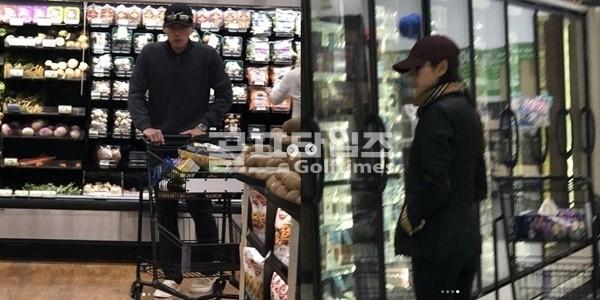 """재차 불거진 현빈·손예진 열애설, 美 마트 출몰에 '술렁'…""""운동복 착장"""" '눈길'"""