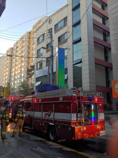 천안 주상복합건물서 불…5명 연기 흡입