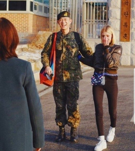 래퍼 빈지노, 만기 전역…연인 미초바 마중 '눈길'