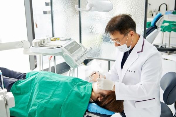 잘못된 습관으로 인한 턱관절 장애, 원인과 치료법은?
