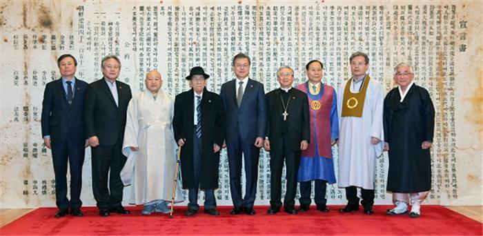 """문 대통령 """"비핵화 큰 진전 있을 것""""…종교계 """"남북, 평화에 대한 열망 같아"""""""