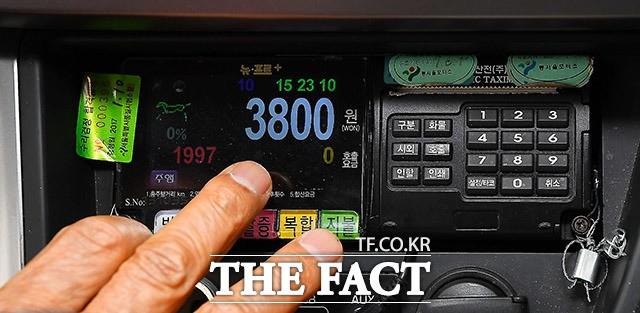 기본요금 800원 인상, '미터기 교체하는 택시들'