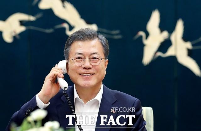 """文대통령, 트럼프와 35분간 통화…""""남북경협 떠맡을 각오 돼 있다"""""""