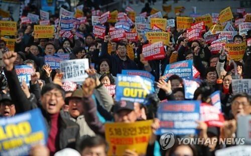 """'5·18 망언 규탄' 대규모 집회…""""망언 의원들 퇴출시켜라"""""""