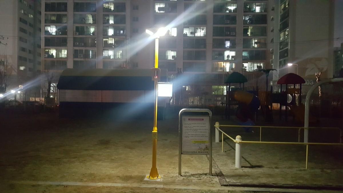 ▲이리동초등학교에 설치된 태양광LED 보안등과 태양광LED 비상경보장치. 사진=에스와이테크