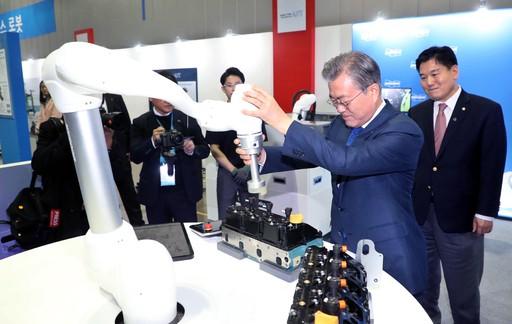 """文 """"협동 로봇 집중 육성… 혁신·일자리 다 잡겠다"""""""