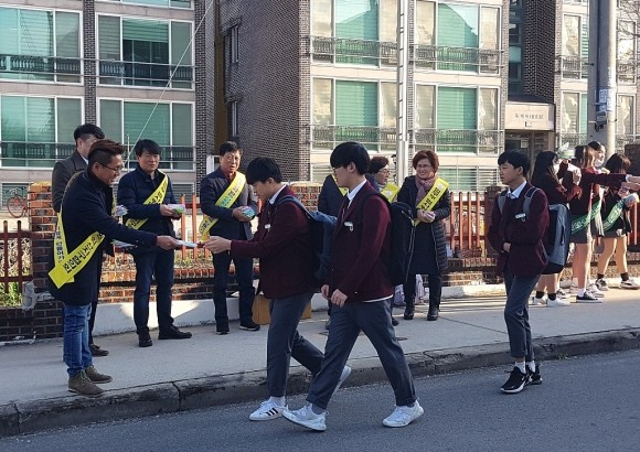 법사랑 익산지구協, 이리북중서 학교폭력예방 캠페인