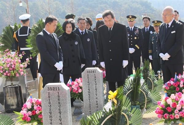 천안함 46용사 묘역 참배하는 이 총리