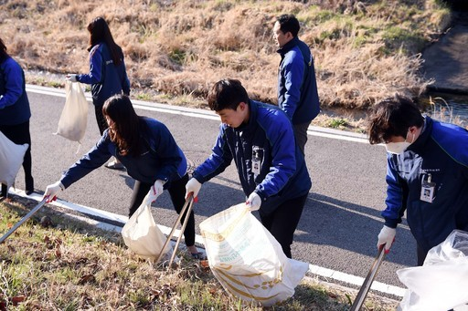 농협유통, 꽃샘추위도 잊고 환경미화