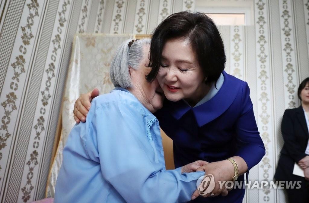 고려인 요양원 방문한 김정숙 여사, '아름다운 미소'