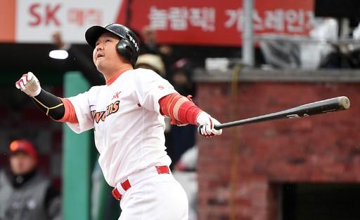 SK 최정, 홈런포 가동하며 1000타점 달성…역대 최연소