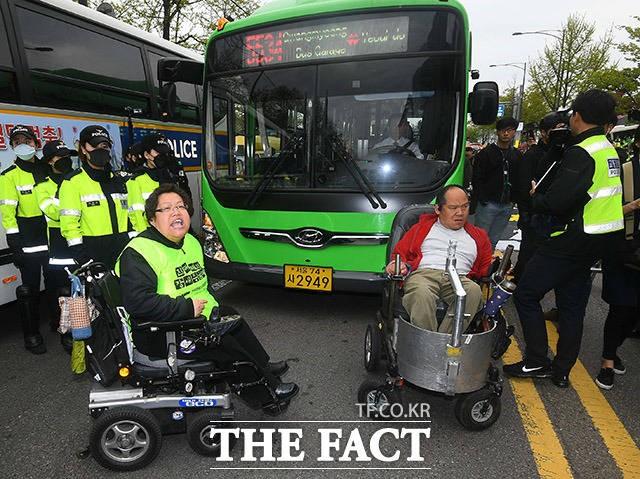 """'장애인의 날' 관련 단체 """"장애등급제 폐지"""" 촉구...이틀째 집회"""