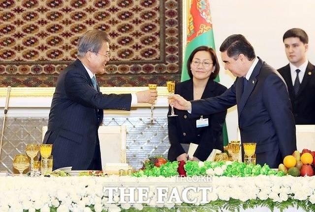 """""""도스틀룩 우친!""""…文대통령의 '친화 외교법'"""