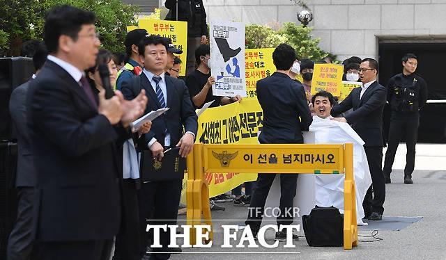 '변시 자격시험화' 선후배 격돌…변협과 로스쿨생 맞불 집회