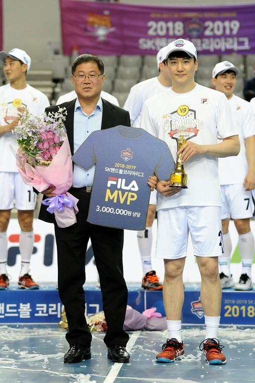 """'퍼펙트 통합우승' 핸드볼 MVP 정의경 """"두산 덕에 이름 석 자 빛냈다"""""""
