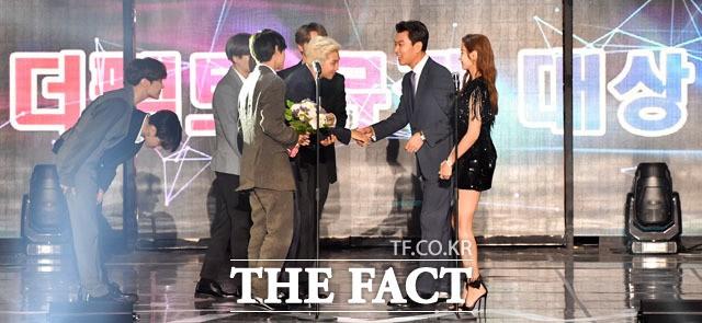 대상 수상 BTS와 인사 나누는 김상규 더팩트 대표