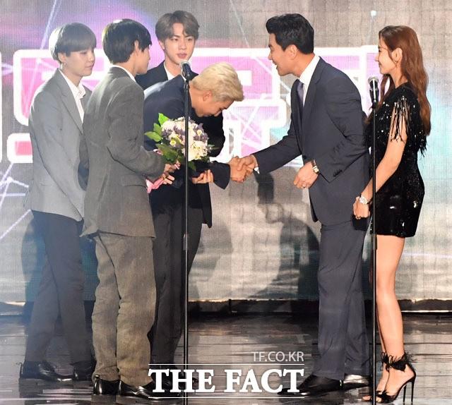 """첫 '더팩트 뮤직 대상'은 방탄소년단...""""팬들 빛나게 만들고 싶어"""""""