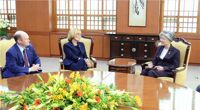 미 상원의원단, 정경두·강경화 만나 한반도정세 의견교환