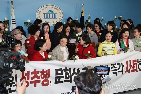 흰 장미 들고 기자회견장 찾은 한국당 여성의원들