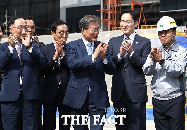 """이재용 부회장 '끌고' 정부 '밀고'…""""파운드리 세계 1위 도약"""""""