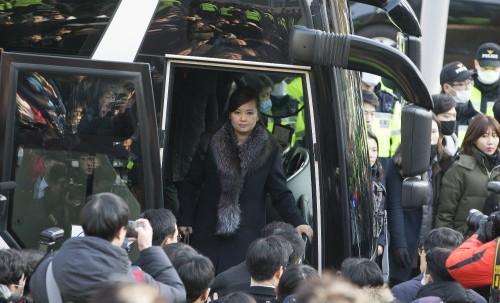 """女단장 인솔 2013년 이후 처음… 시민들 """"역사의 한 장면"""""""