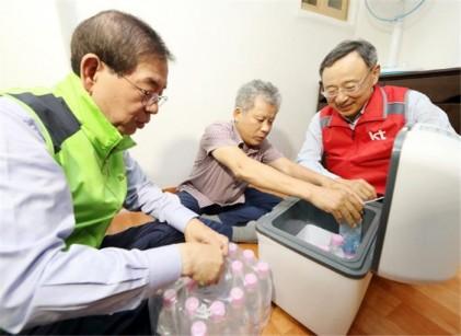 박원순·황창규, 쪽방촌서 구슬땀…냉장고 등 지원
