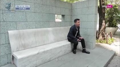 도시 속 분리된듯한 의자