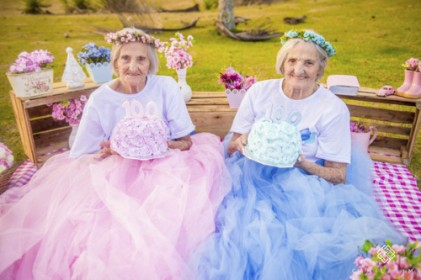 100살까지 함께한 쌍둥이 자매의 뜻깊은 생일사진