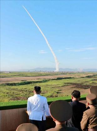北 김정은, 신형 지대공 요격미사일 발사 참관