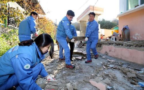 포스코, 지진 피해 복구 성금 15억 전달·자원 봉사