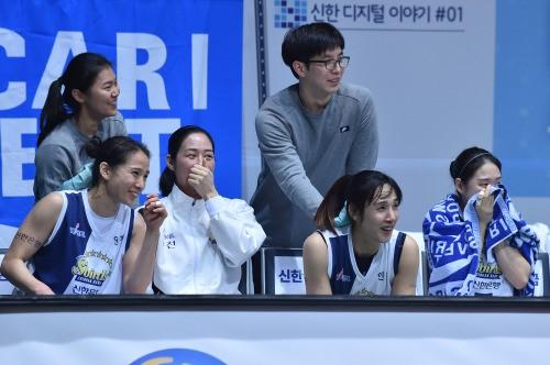 '주전 4명 10P+' 신한, KDB 잡고 1471일 만에 5연승!
